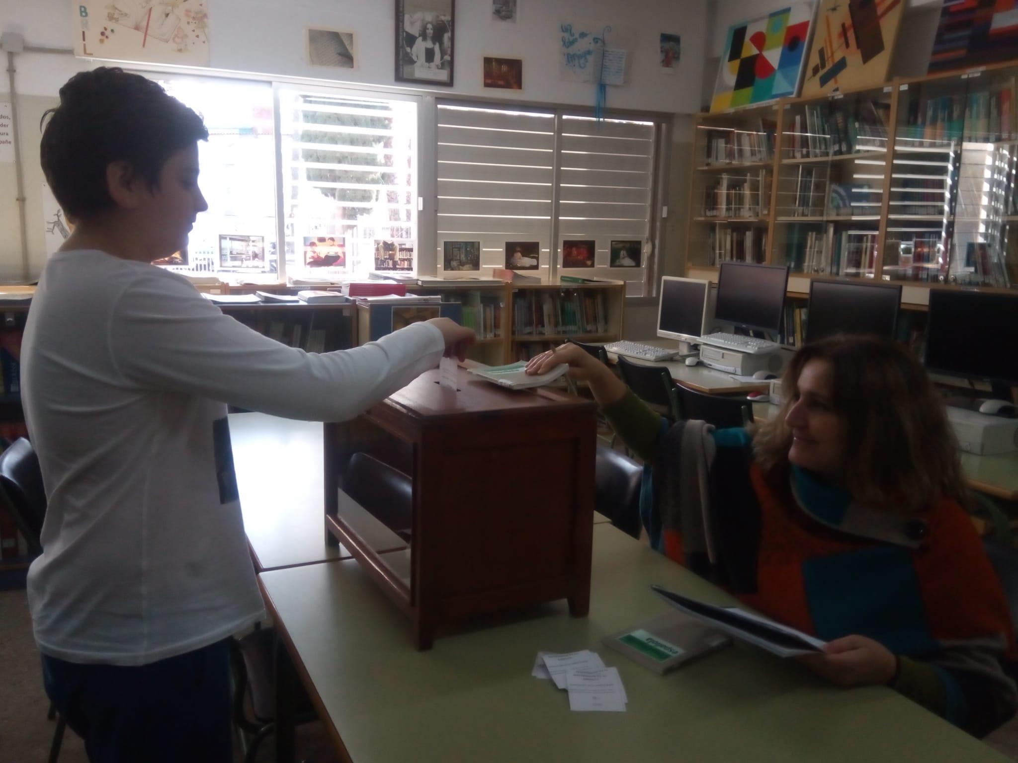 alumnos_votando1.jpg